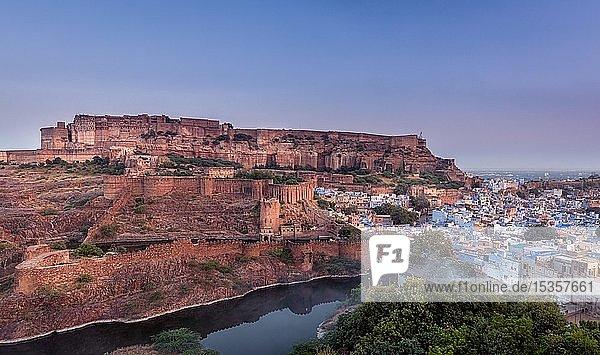 Panorama der Altstadt von Jodhpur mit Mehrangarh Fort  Rajasthan  Indien  Asien