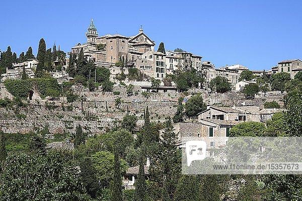 Ortsansicht  historisches Bergdorf Valldemossa mit Kartäuserkloster Sa Cartoixa  hinten Sierra de Tramuntana  Valldemossa  Mallorca  Balearen  Spanien  Europa