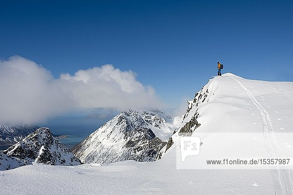 Skibergsteiger auf dem Pilan  Austvågøy  Lofoten  Norwegen  Europa