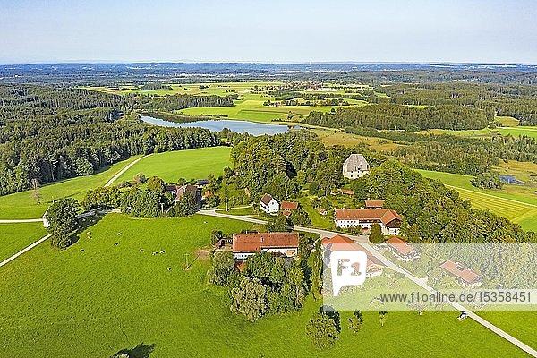 Ortschaft Harmating mit Schloss Harmating und Harmatinger Weiher  Gemeinde Egling  Oberbayern  Bayern  Deutschland  Europa