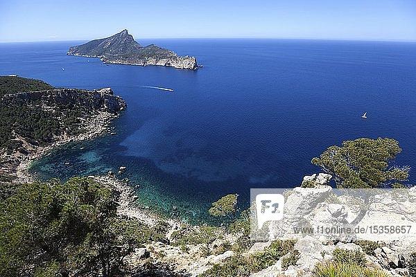 Ausblick auf die Dracheninsel Sa Dragonera und die Küste bei Sant Elm  Mallorca  Balearen  Spanien  Europa