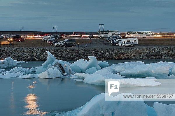 Eisberge  Besucherparkplatz an der Gletscherlagune Jökulsárlón  Massentourismus  Südisland  Island  Europa