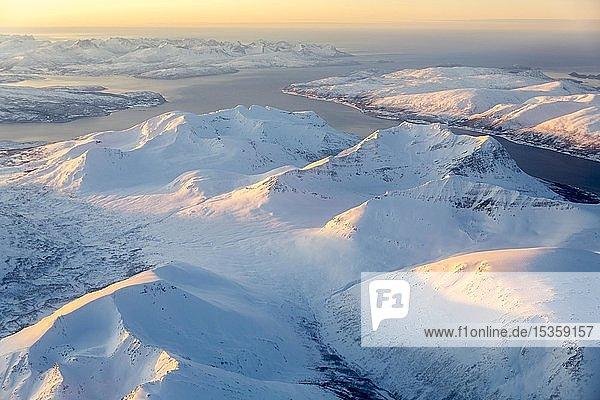 Luftaufnahme  verschneite Berge mit Fjord  Provinz Tromsö  Tromsö  Norwegen  Europa