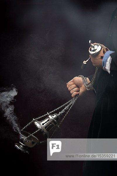 Silbernes Weihrauchfass mit dampfendem Weihrauch wird geschwenkt  Semana Santa  Karwoche  Almería  Andalusien  Spanien  Europa