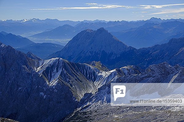 Alpenpanorama  Ausblick von der Zugspitze  über den Schneeferner auf das Gatterl  dahinter Hohe Munde  Garmisch-Partenkirchen  Werdenfelser Land  Oberbayern  Bayern  Deutschland  Europa