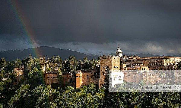 Regenbogen über maurischer Stadtburg Alhambra bei Gewitterhimmel  Nasriden-Paläste  Palast Karl des Fünften  hinten Sierra Nevada  Granada  Andalusien  Spanien  Europa