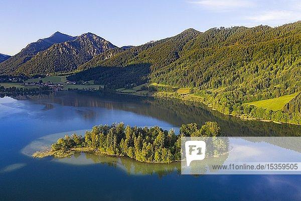 Schliersee mit Insel Wörth und Brecherspitze  Mangfallgebirge  Drohnenaufnahme  Oberbayern  Bayern  Deutschland  Europa