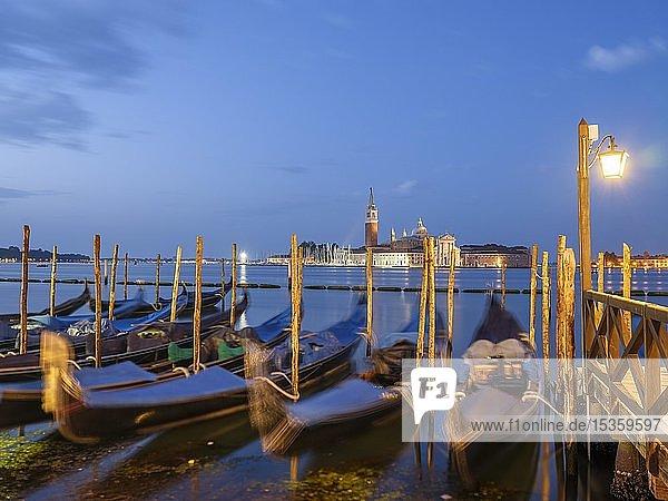 Ausblick auf die Kirche San Giorgio Maggiore  im Vordergrund blaue Gondeln  Insel Isola di San Giorgio Maggiore  Venedig  Venetien  Italien  Europa