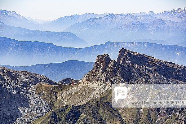 Gebirgsstock Rosszähne  unten Berghütte Tierser-Alpl-Hütte   Naturpark Schlern-Rosengarten  Dolomiten  Südtirol  Italien  Europa
