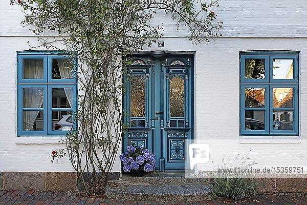 Historisches Haus mit dekorativer Holztür  Arnis an der Schlei  kleinste Stadt Deutschlands  Schleswig-Holstein  Deutschland  Europa