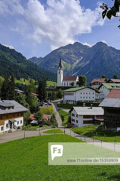 Ortschaft Hirschegg mit Bergen Elferkopf und Zwölferkopf  Kleinwalsertal  Allgäu  Vorarlberg  Österreich  Europa