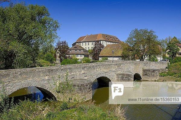Mittelalterliche Brücke über die Aisch mit Stadtschloss  Höchstadt an der Aisch  Mittelfranken  Franken  Deutschland  Europa