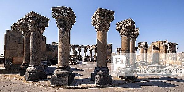 Säulen  Ruinen der Rundkirche 7. Jh.  Swartnoz  Provinz Armawir  Armenien  Asien