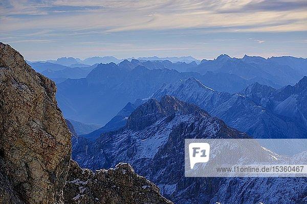 Alpenpanorama  Ausblick von der Zugspitze  auf den Hochblasen  Karwendelgebitge  Watzmann und Dachstein  Garmisch-Partenkirchen  Werdenfelser Land  Oberbayern  Bayern  Deutschland  Europa