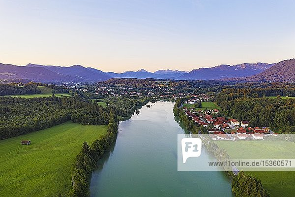 Isar-Stausee Tölz bei Sonnenaufgang  rechts Hoheneck bei Wackersberg  hinten Bad Tölz  Isarwinkel  Luftbild  Oberbayern  Bayern  Deutschland  Europa