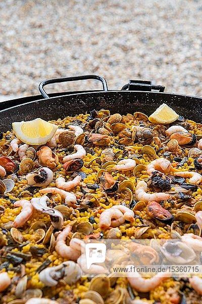 Spanische Paella  Reispfanne mit Meeresfrüchten  Andalusien  Spanien  Europa