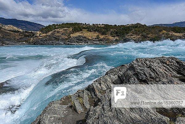 Stromschnellen am Zusammenfluß des türkisblauen Rio Baker und des gletschergrauen Rio Nef  zwischen Puerto Guadal und Cochrane  Región de Aysén  Chile  Südamerika