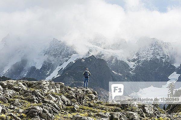 Wanderin mit Aussicht auf Mt. Shuksan mit Schnee und Gletscher  Wolkenhimmel  Mt. Baker-Snoqualmie National Forest  Washington  USA  Nordamerika