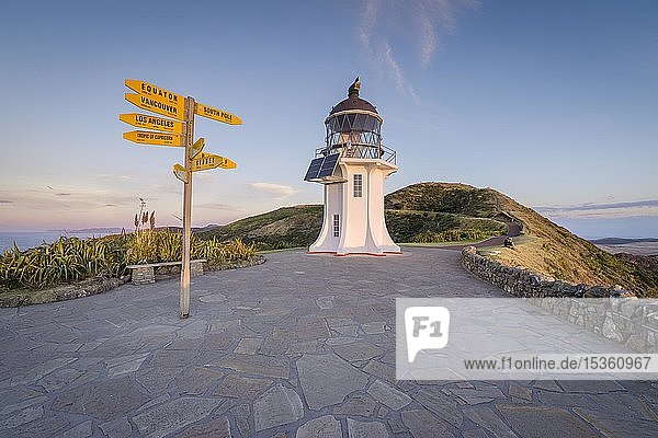 Internationale Wegweiser beim Leuchtturm am Cape Reinga bei Abendstimmung  Far North District  Northland  Nordinsel  Neuseeland  Ozeanien