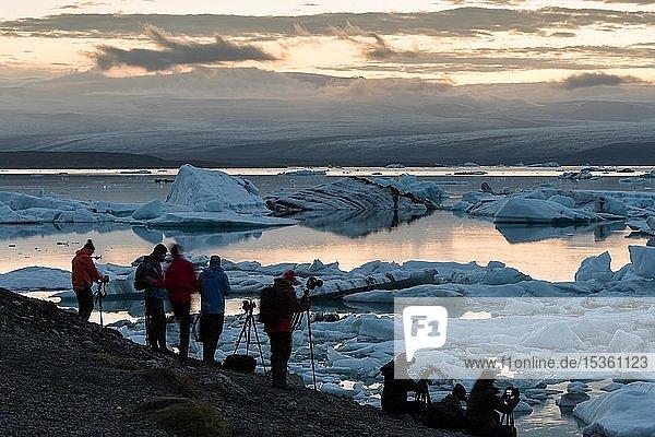 Fotografen an der Gletscherlagune Jökulsárlón  Massentourismus  Südisland  Island  Europa