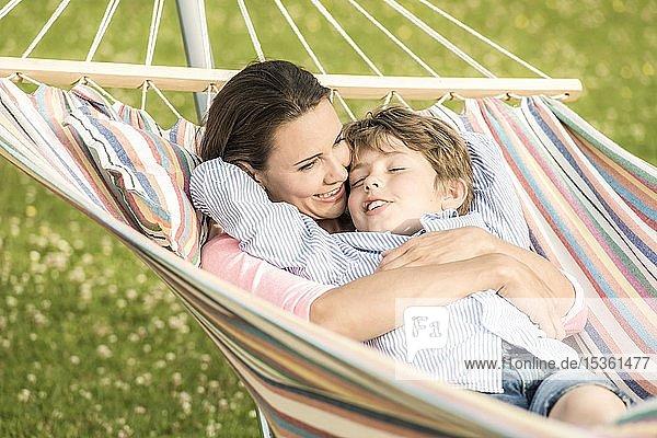 Mutter und Sohn liegen in Hängematte  kuscheln  Deutschland  Europa