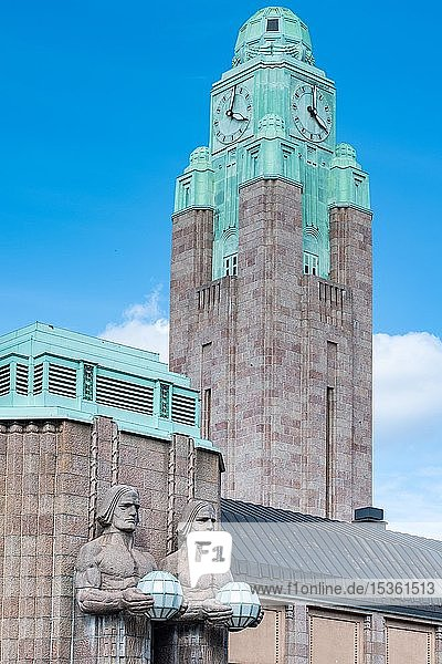 Fackelträger  Statuen von Emil Wikström  Uhrturm  Hauptbahnhof  Helsinki  Finnland  Europa