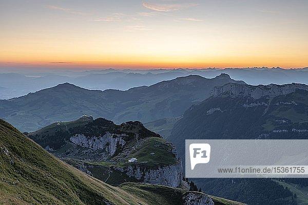 Blick auf Ebenalp und Appenzeller Land bei Morgenstimmung  Alpstein  Kanton Appenzell  Schweiz  Europa