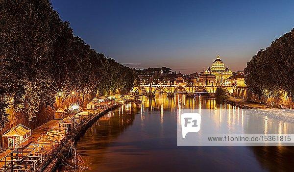 Petersdom mit Ponte Sant'Angelo über den Tiber bei Sonnenuntergang  Rom  Italien  Europa