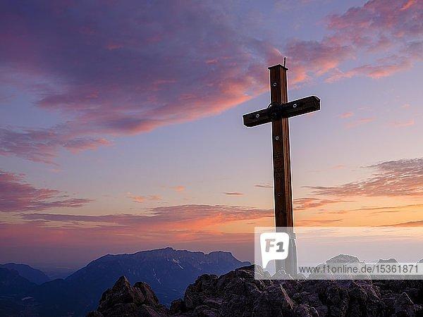 Gipfelkreuz bei Morgenrot  Jenner  1874m  hinten der Untersberg  Nationalpark Berchtesgaden  Berchtesgadener Alpen  Schönau am Königssee  Berchtesgadener Land  Oberbayern  Bayern  Deutschland  Europa