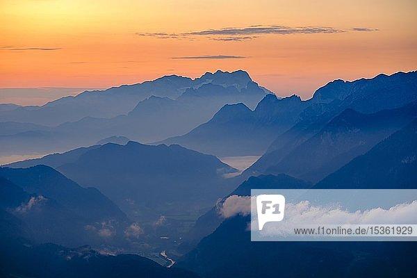 Blaue Bergsilhouetten bei Sonnenaufgang  Ausblick über Dachstein  Mitte und Tennengebirge  Golling  Salzburger Land  Österreich  Europa
