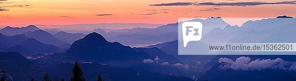 Panoramaaufnahme  Blaue Bergsilhouetten bei Sonnenaufgang  Ausblick über Osterhorngruppe  Dachstein und Tennengebirge  Golling  Salzburger Land  Österreich  Europa