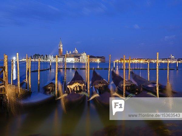 Ausblick auf die Kirche San Giorgio Maggiore  im Vordergrund blaue Gondeln  Insel Isola di S. Giorgio Maggiore  Venedig  Venetien  Italien  Europa