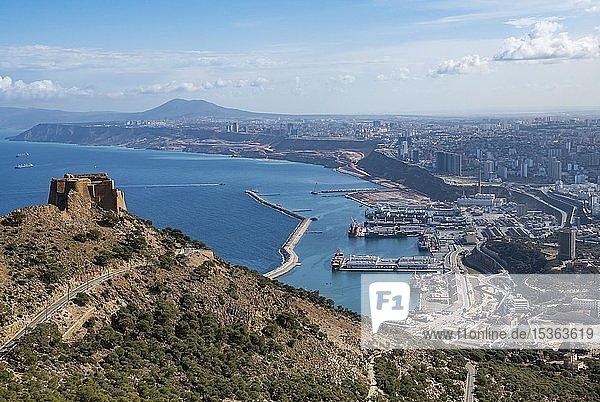 Blick über Oran mit der Burg Santa Cruz im Vordergrund Oran  Algerien  Afrika