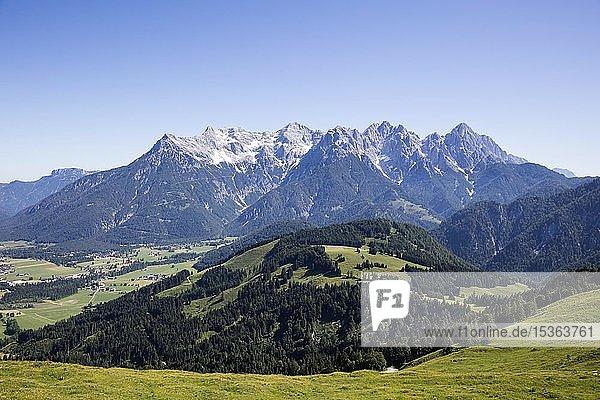 Ausblick von der Buchensteinwand auf die Loferer Steinberge  Alpen  Tirol  Österreich  Europa