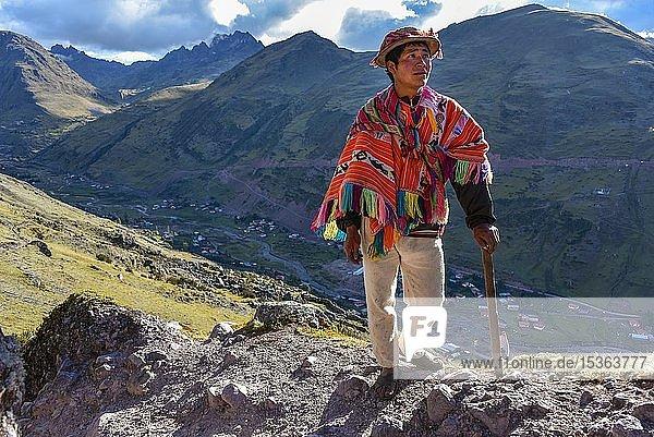 Indio Bergführer mit Hut und Poncho in den Anden  bei Cusco  Peru  Südamerika