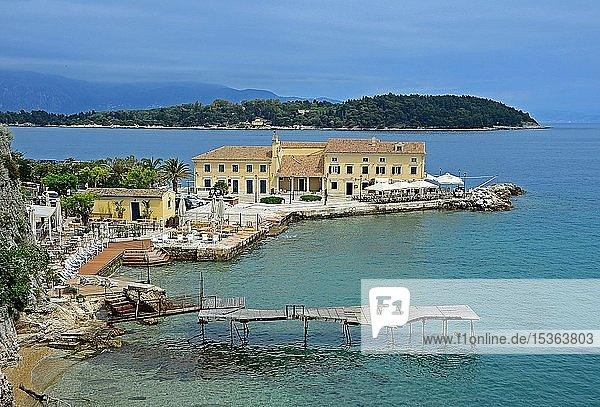 Faliraki Beach  Bad und Cafe  Korfu Stadt  Insel Korfu  Ionisches Meer  Griechenland  Europa