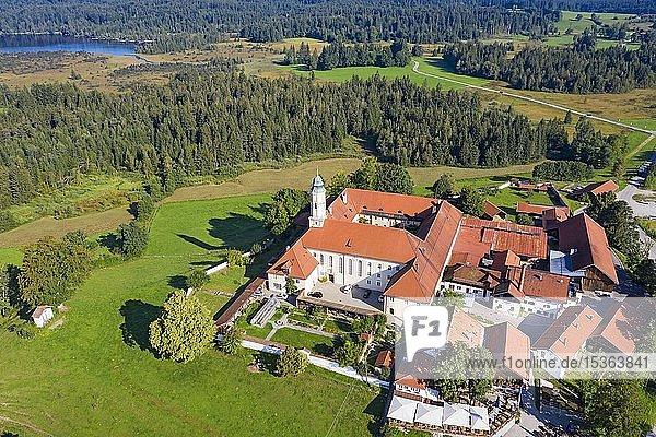 Kloster Reutberg  hinten Kirchsee  Luftbild  Sachsenkam  Tölzer Land  Oberbayern  Bayern  Deutschland  Europa