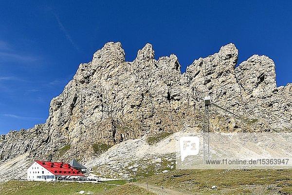 Berghütte Tierser-Alpl-Hütte unterhalb der Rosszähne  Naturpark Schlern-Rosengarten  Dolomiten  Südtirol  Italien  Europa