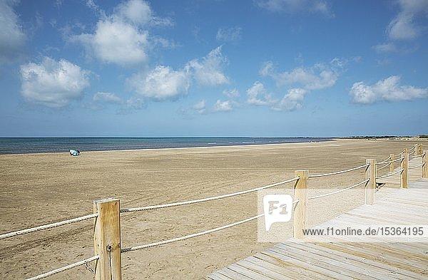 Holzsteg am Strand von Riumar  Naturschutzgebiet Ebro-Delta  Provinz Tarragona  Katalonien  Spanien  Europa