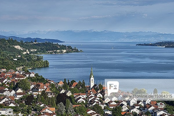 View over Lake Constance  with the village of Sipplingen  on the horizon the Swiss Alps  Lake Constance  Baden-Württemberg  Germany  Europe