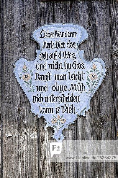 Schild mit Spruch zum Wandern  Bayern  Deutschland  Europa