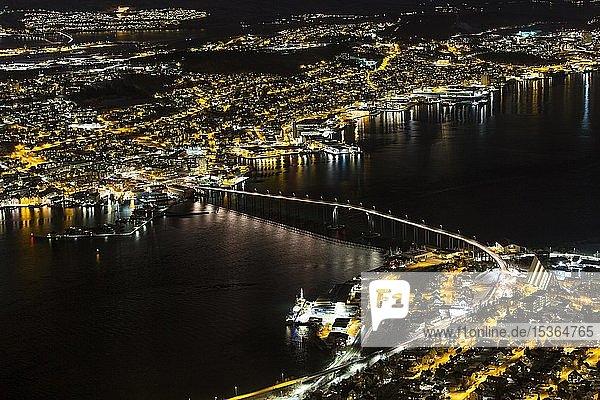 Blick vom Fjellheisen auf die Eismeerkathedrale und Autobrücke bei Nacht  Tromsö  Norwegen  Europa