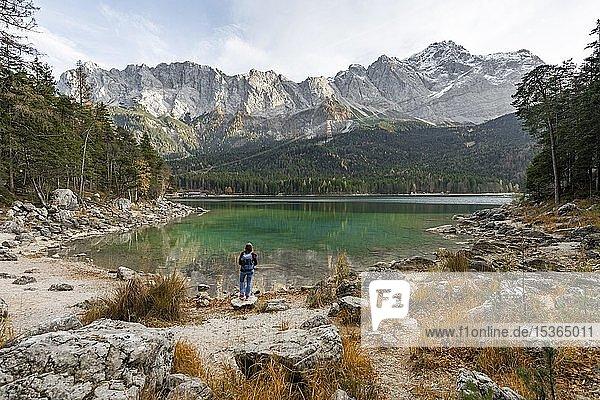 Wanderin steht am Ufer des Eibsee vor Zugspitzmassiv mit Zugspitze  Wettersteingebirge  bei Grainau  Oberbayern  Bayern  Deutschland  Europa