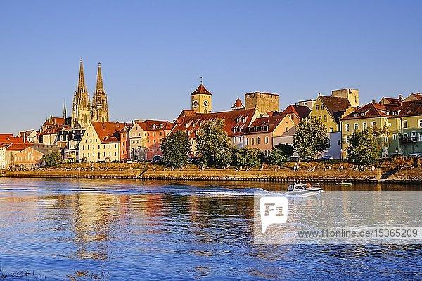 Donau-Ufer an der Weinlände mit Dom und Rathausturm  Regensburg  Oberpfalz  Bayern  Deutschland  Europa