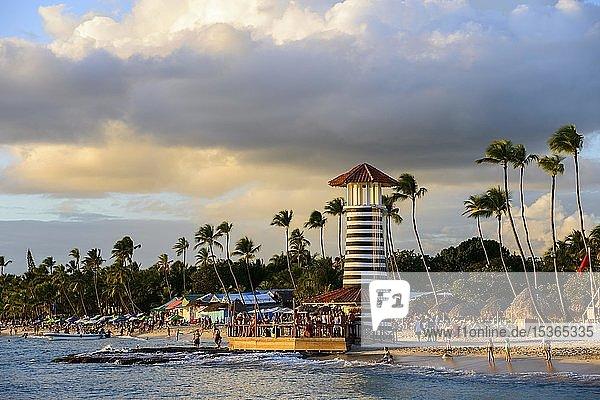 Leuchtturm im Abendlicht  Bar vom Hotel Iberostar Hacienda Dominicus  Strand Dominicus  Bayahibe  Dominikanische Republik  Mittelamerika