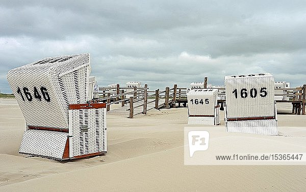 Weiße Strandkörbe am leeren Strand von Sankt Peter Ording  Schleswig-Holstein  Deutschland  Europa