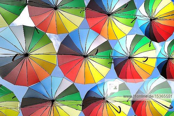Straße mit Dekoration  viele Schirme färben den Himmel  Odessa  Ukraine  Europa