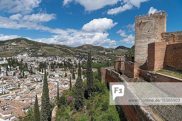 Blick auf die Stadt mit Alcazaba der Alhambra  Granada  Andalusien  Spanien  Europa