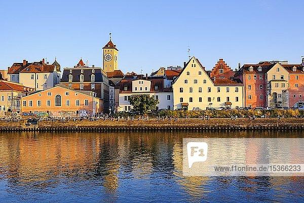 Donau-Ufer an der Weinlände mit Rathausturm  Regensburg  Oberpfalz  Bayern  Deutschland  Europa
