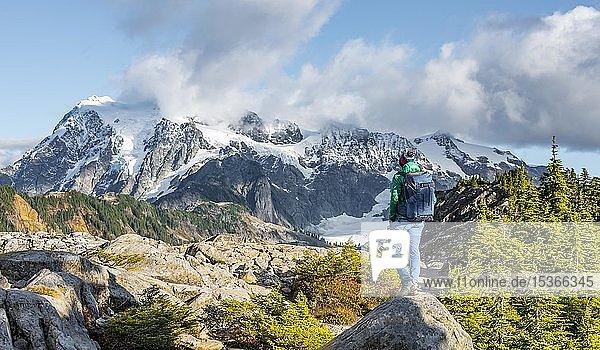 Wanderin blickt in die Ferne  Ausblick vom Tabletop Mountain auf Mt. Shuksan mit Schnee und Gletscher  Mt. Baker-Snoqualmie National Forest  Washington  USA  Nordamerika